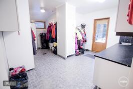 Tilavasta kodinhoitohuoneesta käynti terassille