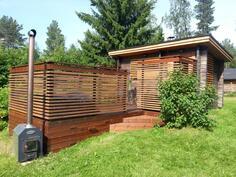 Myyjän oma, kesällä otettu kuva saunarakennuksesta.