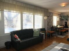 Olohuoneen ja keittiön ikkunat ovat etelään