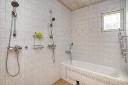 Tilava kylpyhuone, amme ja kaksi suihkua