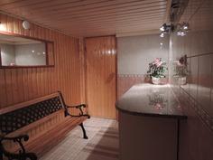 kellarikerroksessa pukuhuone, ovi saunaan
