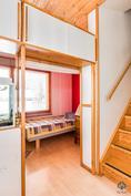 Alakerran pieni makuuhuone ja portaat yläkertaan