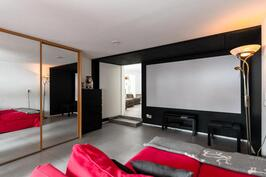 Elokuvahuone/makuuhuone