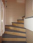 Yläkertaan vie viehättäväksi saneerattu portaikko.