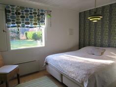 Kuvaa alakerran pintaremontoidusta makuuhuoneesta, josta käynti myös vaatehuoneeseen!