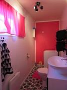 Talon alakerran wc-tila on myös uusittu mm. sisustuspaneelein asialliseksi 2010-luvulla!