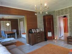... olohuoneessa on myös kaunis puulämm. kaakelitakka, joka antaa kodikasta lämpöä mm. yösähkölämmityksen rinnalle!
