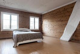 tilava makuuhuone yläkerrassa
