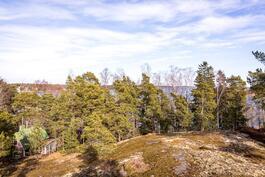 Näkymä asunnosta G9, noin 2. krs. tontin puut kaadetaan