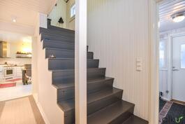 Tummat portaat vievät yläkertaan ja kodin muihin makuuhuoneisiin.