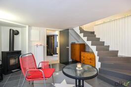 Portaat vievät alakertaan, jossa takanlämmössä voi valmistautua kauniiseen saunaan menoon!