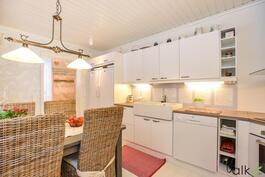 Keittiöön on tilaa sisustaa persoonallisia yksityiskohtia, vaikkapa keittiökaappien päälle!