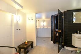 Todella upeassa kylpyhuoneessa on kaksi suihkua, sauna ja wc.