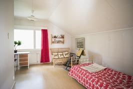 Yläkerran makuuhuone 4 - Övre våningens sovrum 4