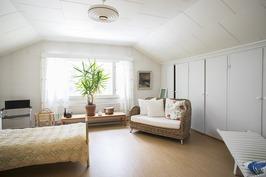 Yläkerran makuuhuone 5 - Övre våningens sovrum 5