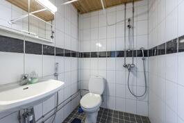 Talousrakennuksen kylpyhuone