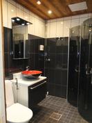 Pesuhuone on uusittu täysin v. 2013. Nurkkauksessa on paikka pyykinpesukoneelle.