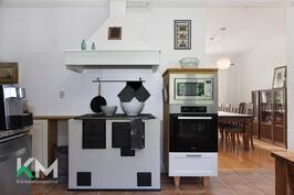 Keittiössä puulämmitteinen hella
