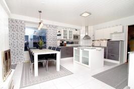 Reilun kokoisessa keittiössä tilaa ruokailulle.