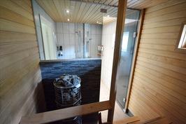 Sauna, tyylikäs lasiseinä