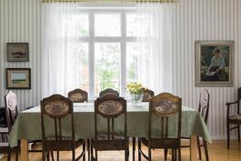 Pöydän ääressä istuessa voi aistia menneet vuosikymmenet