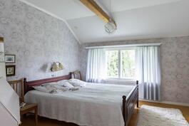 Yläkerran makuuhuone 3, jossa seinän leveydeltä kaapistoja