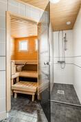2006 uusitussa kylpyhuoneessa 2 suihkua