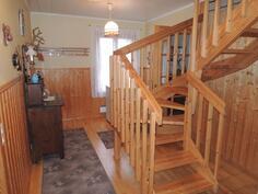 Välihuone josta tukevat portaat yläkertaan