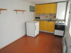 Piharakennuksen huone jossa vanha keittiö