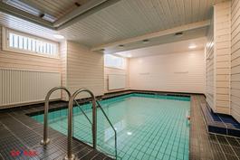 Taloyhtiön saunaosaston yhteydessä uima-allas