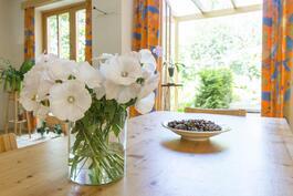 Ihastuttava tila, jossa keittiö ja olohuone sulautuvat saumattomasti yhteen