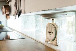 Kaapistojen alla lasitiilet, joista tulvii luonnonvaloa