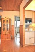 Eteisaulasta työhuoneseen, makuhuone 1:een ja keittiöön