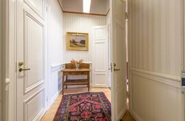 Pieni aula mentäessä kolmaneen, pienemäpään huoneeseen. Tässä pienessä aulassa myös varasto/vaatehuone