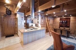 Laadukkaasti koneellistettu keittiö, ruokailutilassa ilmalämpöpumppu