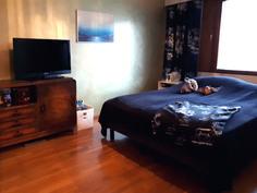 Makuuhuone, jonka yhteydessä tilava vaatehuone.
