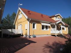 Talo ja piha-aluetta