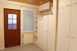 kodinhoitohuoneen yhteydessä talon toinen sisäänkäynti