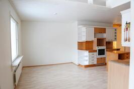 ruokailutila on keittiön ja olohuoneen välissä