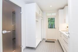 Kodinhoitohuoneesat tyylikäs lasiovi saunatiloihin. Pesuallas, kuivauskaappi (kuuluu kauppaan)