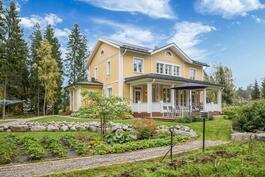 Upea, 2 600 m2 oma tontti, jonka piha-alueet on suunnitellut ja toteuttanut Sundin Puutarhakeskus