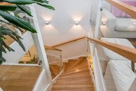 Westwoodin lasikaitein ja tammiaskelmin toteuttamat portaat