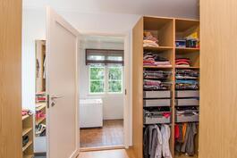 Yläkerran makuuhuoneen  yhteydessä tilava läpikäveltävä vaatehuone (walk in-closet)