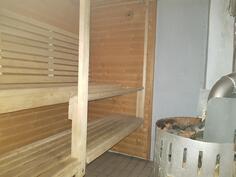 Sauna puukiukaalla, seinät betonia