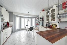 Tilavan keittiön yhteydessä ruokailutila