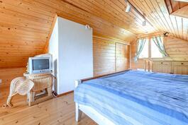 Yläkerran makuuhuone ja säilytystiloja