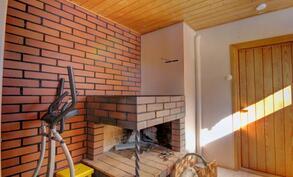 Yläkerrassa on myös takkahuone, josta on käynti pesuhuoneeseen ja saunaan.