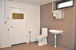Alakerrassa täysin uusittu kylpyhuone