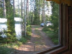 Tuvan ikkunasta näkymä parkkipaikalle
