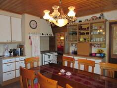 Näyttävässä keittiössä myös puulämm. Lappiliesi leivinuunein ja talossa myös ILP!